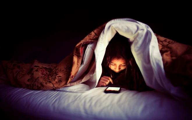 Đột quỵ mắt, mù mắt nếu thường xuyên sử dụng điện thoại trong bóng tối