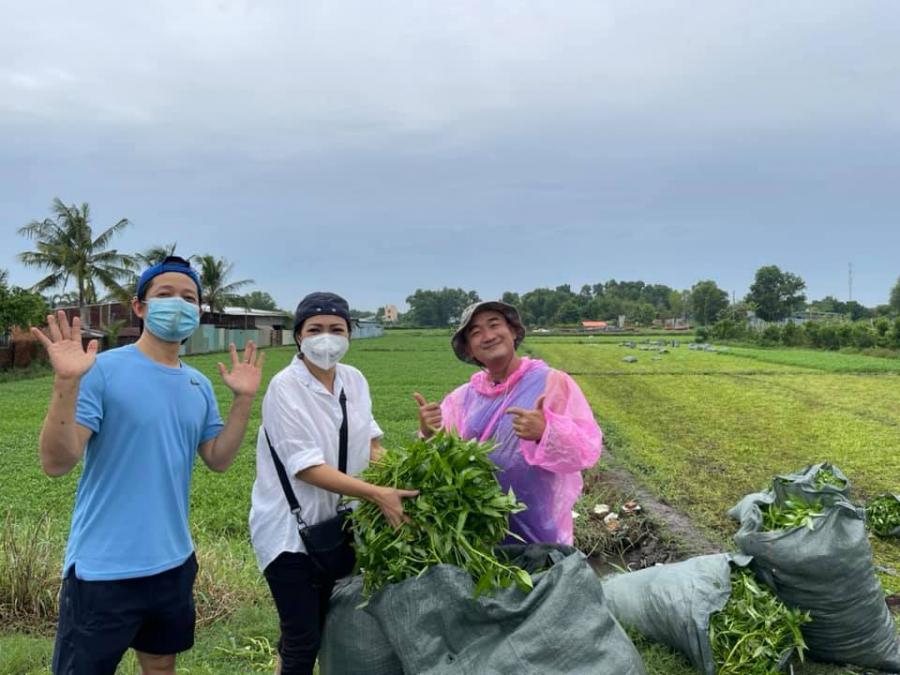 Phương Thanh đến tận vườn cắt rau muống để gửi tặng các khu phong tỏa